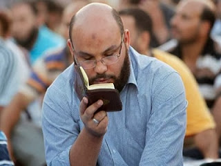 Demonstran Pro Mursi baca Qur'an (foto Viva)