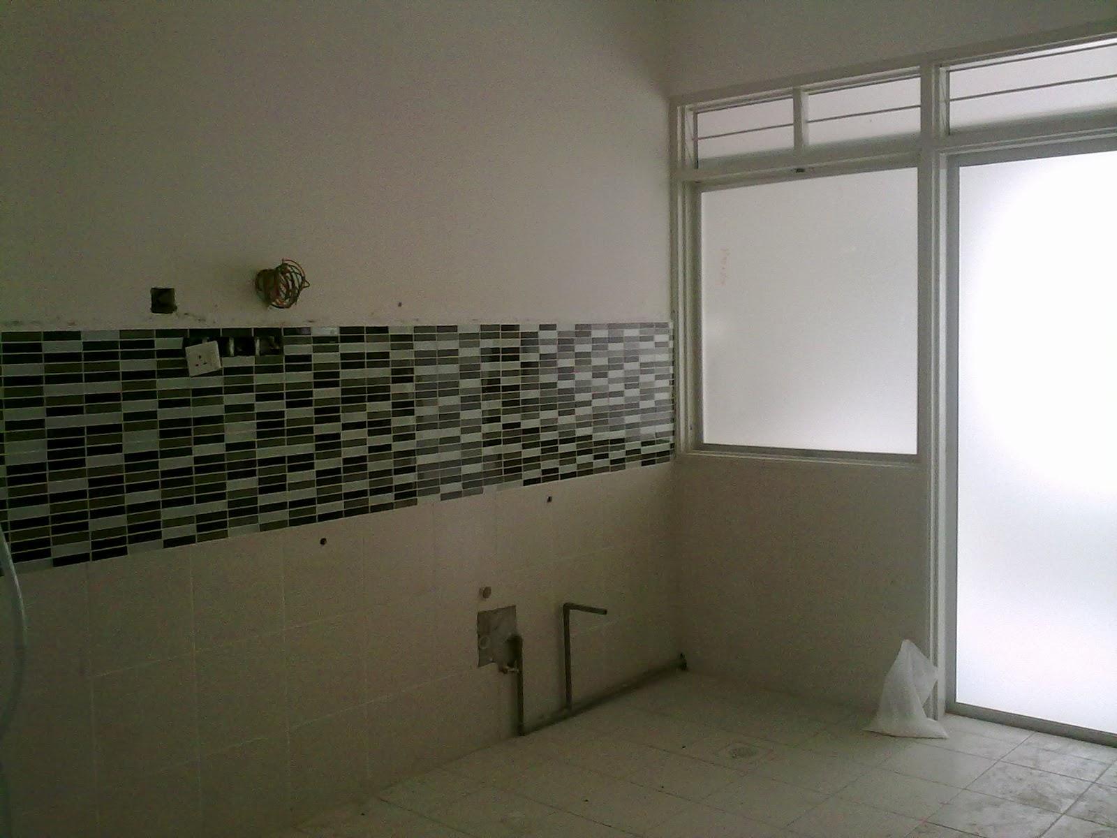 antara dry kitchen dgn wet kitchen dipisahkan oleh dinding tingkap