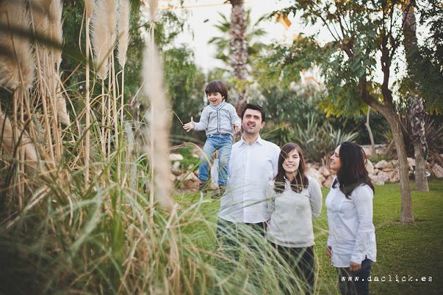 pareja con hijos en la preboda naturaleza