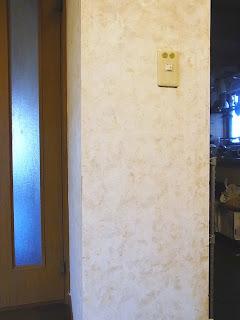 キッチン入り口横の壁汚れ取り ビフォー アフター画像