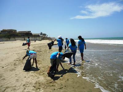 Personas recogiendo basura de la playa