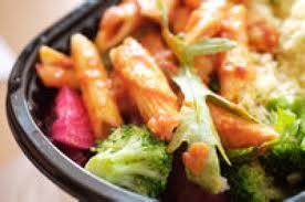 Salată caldă de paste penne cu legume