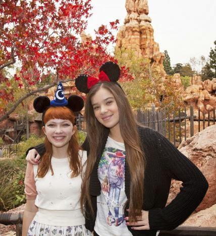 Tavi Gevinson e Hailee Steinfeld - Disney Land