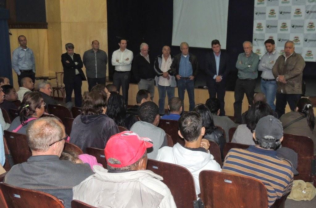 Prefeito Arlei e equipe recebem os pacientes renais, junto com representantes da UPA e do Hospital São José