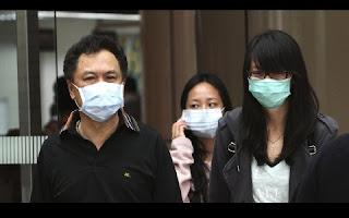 Um novo tipo de vírus foi detectado na província de Guangdong, na China, e agora parece estar se espalhando por todo o planeta. Atacando o estômago, o vírus é conhecido como GII.17 e provoca vômitos e diarreia, podendo atingir milhões de pessoas no mundo, dizem os pesquisadores. As preocupações aumentaram após centenas de passageiros de um cruzeiro terem sido, supostamente, infectados com GII.17, na Escandinávia, mês passado. Surtos de norovírus são mais prevalentes no inverno, explica o canal Bloomberg, mas o número de infecções ocorridas nos meses mais quentes pode determinar quão grave o surto será.