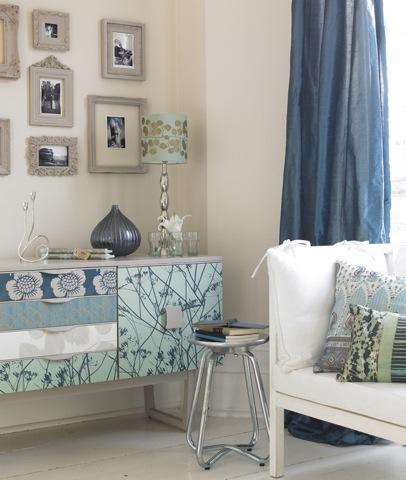 Móvel repaginado com tecido, parede com patchwork de tecido, sala de jantar