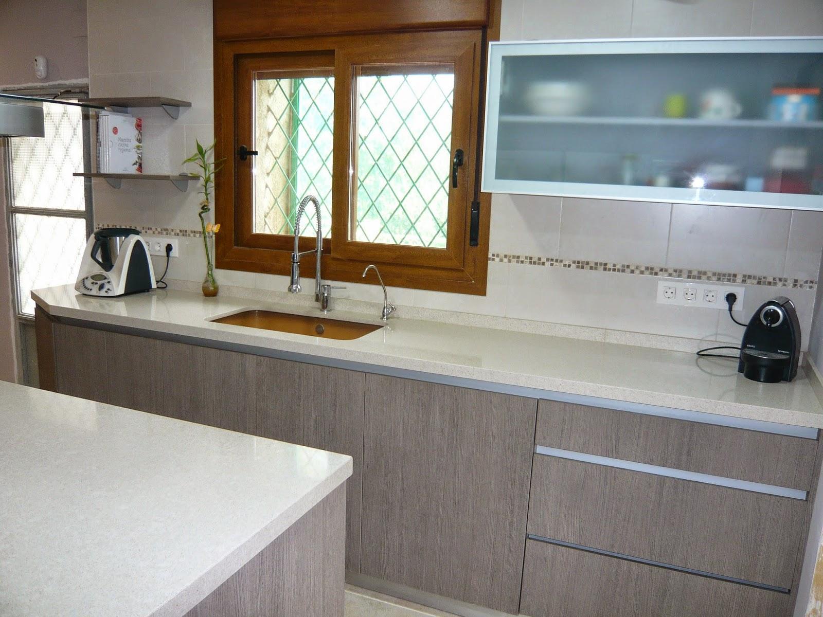 Reuscuina muebles de cocina sin tiradores y con isla for Muebles de cocina sin tiradores