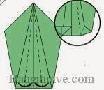 Bước 6: Bẻ, gấp hai cạnh lớp giấy trên cùng vào trong.