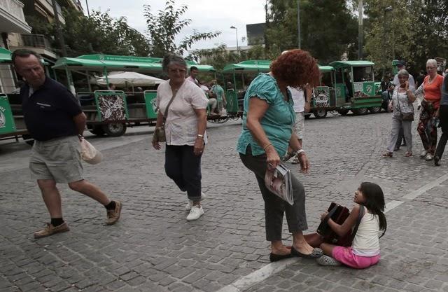 ιδιοκτήτης καταστήματος πλησίασε μικρό κορίτσι Ρομά που έπαιζε ακορντεόν στο δρόμο και άρχισε να την κλωτσά.
