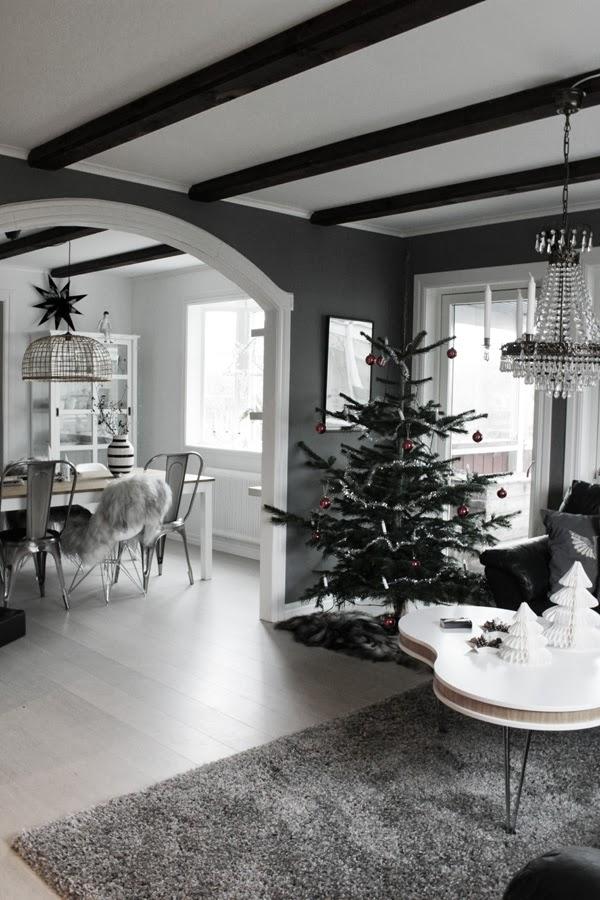 jul, julgran, kungsgran, röda kulor i granen, klassisk gran, vardagsrum