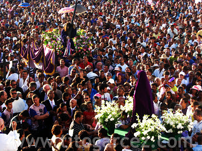 No auge da festa, fieis se reúnem em torno das imagens de Maria e Jesus no momento do grande encontro.