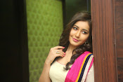 Gorgeous Heroine Raashi kanna photos-thumbnail-3
