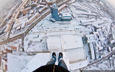foto de pies en un edificio a gran altura