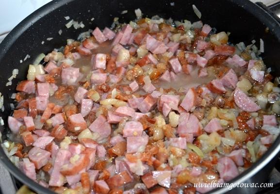 Smalec z kiełbasą i cebulą