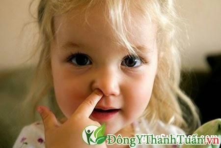 Bé Bi bị viêm mũi dị ứng, mẹ phải làm gì ?