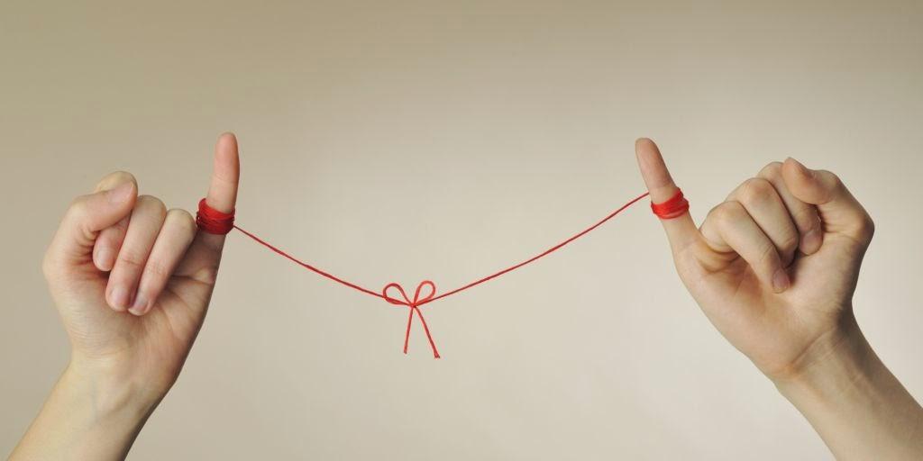 Personas atadas hilo rojo