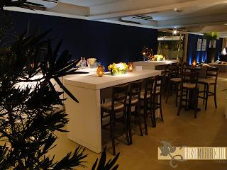 mesa bistrô baranca, banquetas de maderira, velas e arranjos florais pequenos
