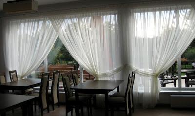 Dekoracja dużych przeszkleń np. w restauracji
