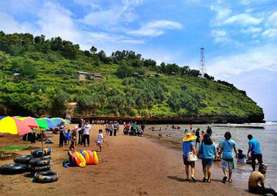 Berenang dan bersantai di pantai Baron