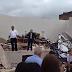Em meio aos escombros, crentes da Igreja Quadrangular louvam a Deus