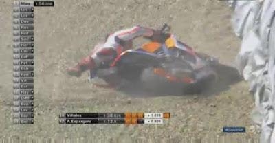 Foto Detik-detik Crash Marquez di FP1 Brno, Ceko 2015