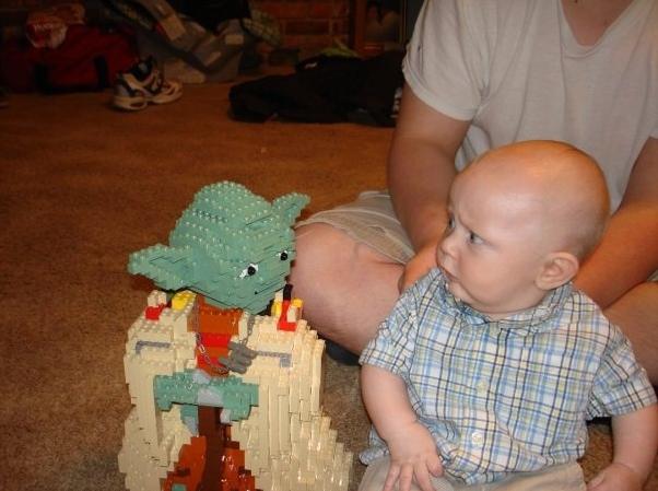Encontro inusitado: Yoda e um bebê.