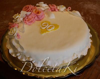 Torta ricoperta mmf bianco rose rosa e bianche 90 anni
