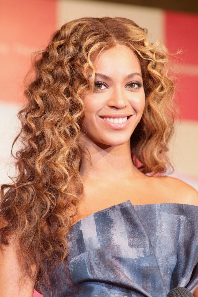 Beyonce wearing long curly hair, perfect hairstyle for round face
