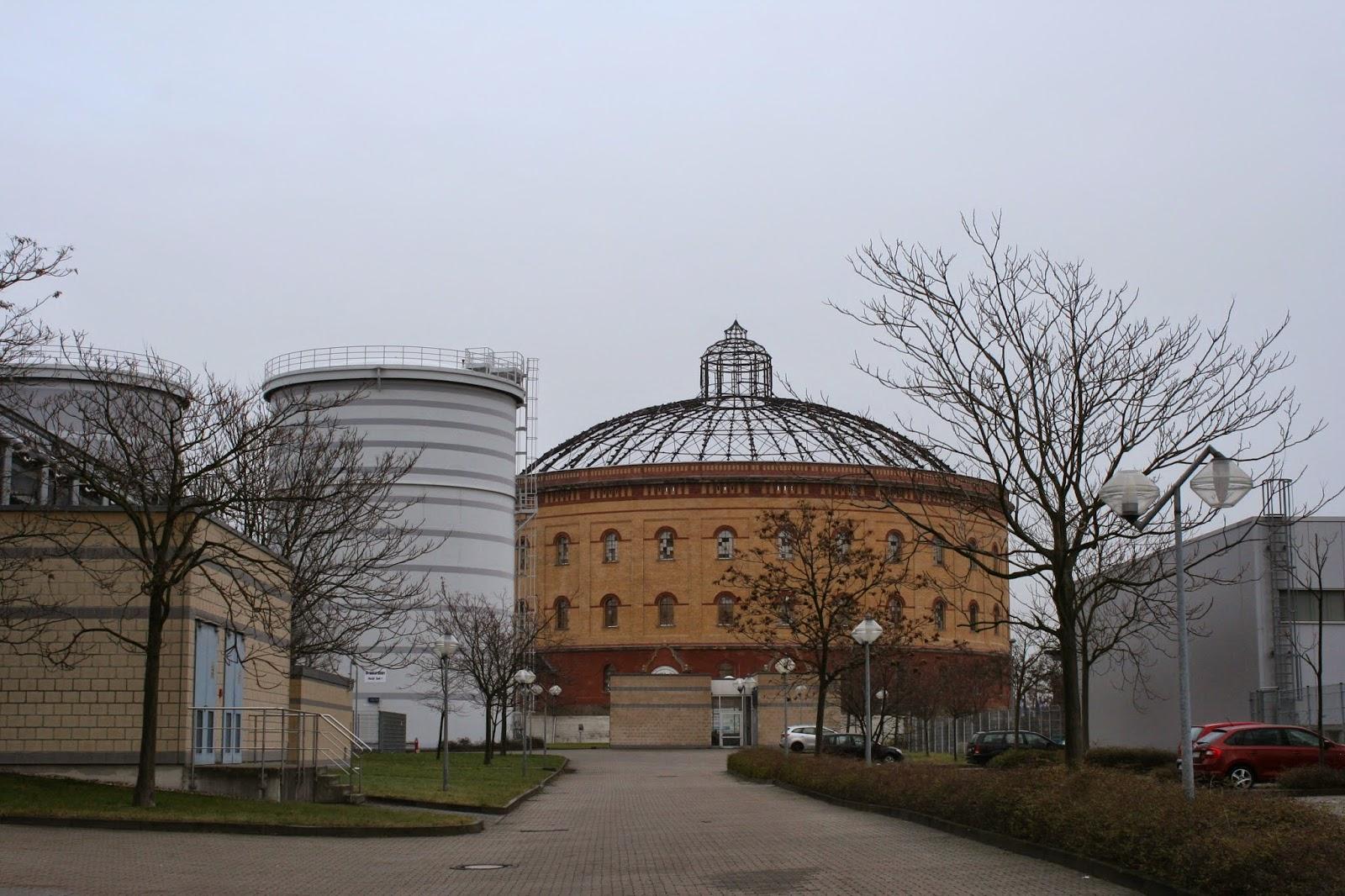 Blick von der Erich-Weinert-Straße aus auf das Gasometer Nord - nach einer äusserlichen Restaurierung 2013 hat das Gasometer wieder seinen alten Glanz und ist ein historisches Baudenkmal der Stadt