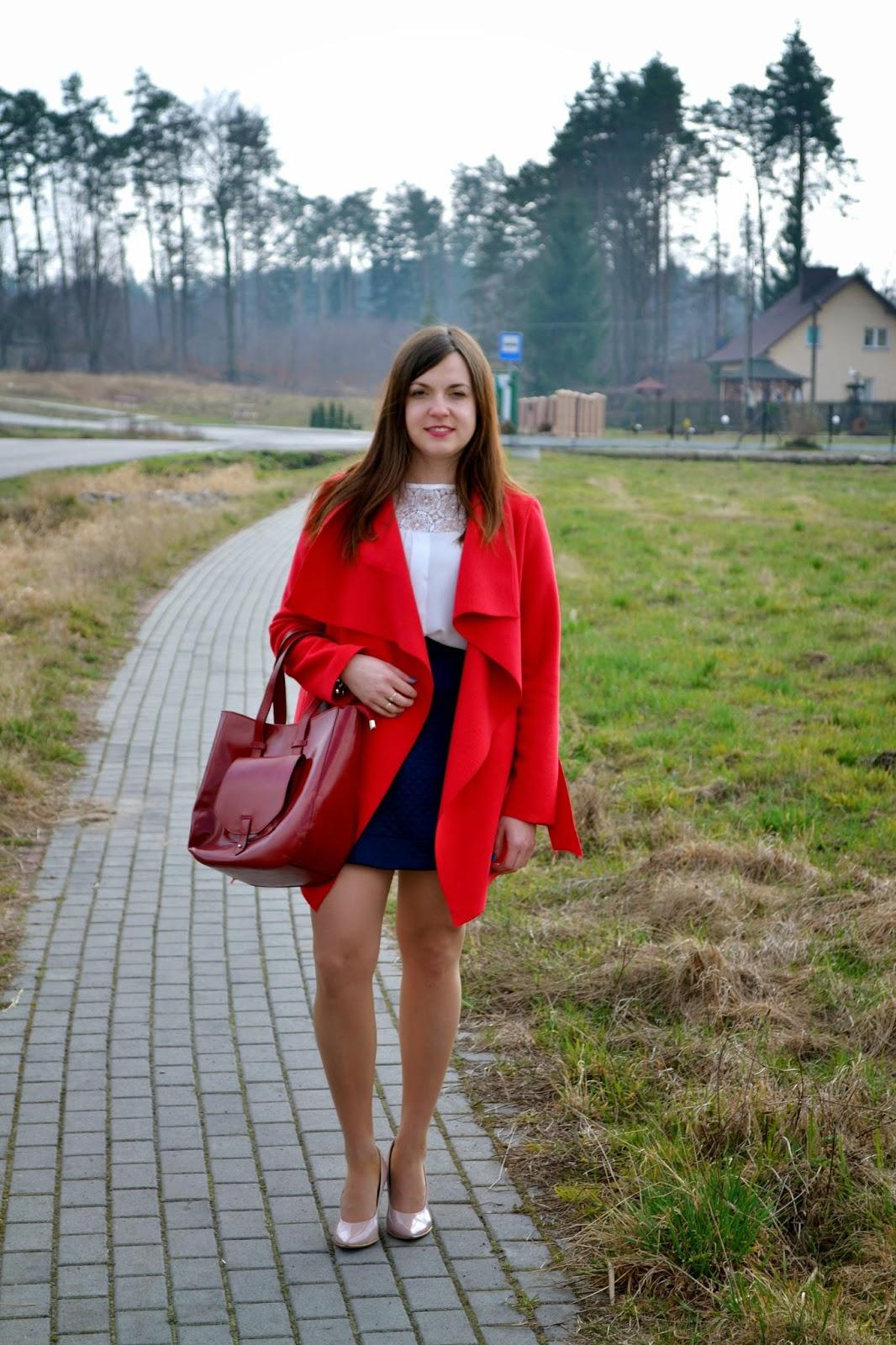 płaszcz waterfall, czerwony płaszcz, płaszcze na wiosne 2015, plaszcz jak szlafrok, płaszcze szlafrok, czerwona torebka, pudrowe czółenka, lakierowane szpilki, seksowne szpilki, granatowa spódnica, stylizacja na wiosnę, elegancki zestaw