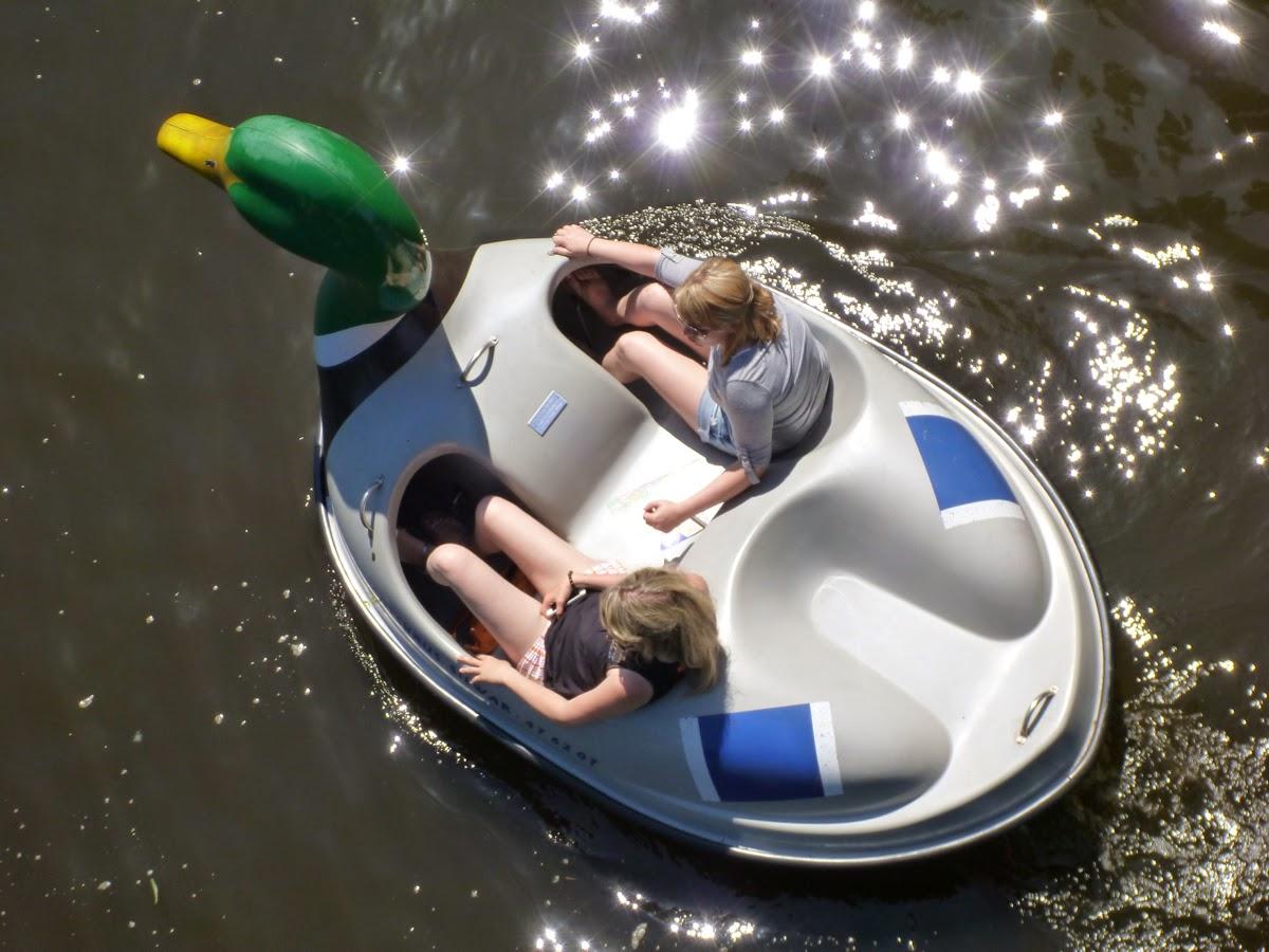 Tretboot mit Entenkopf von oben, es strampeln zwei junge Damen in kurzen Hosen