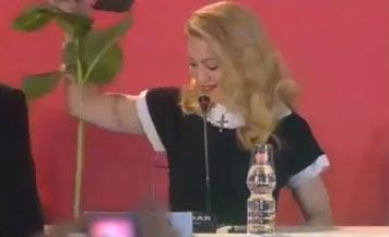 madonna aparta la flor de un admirador en conferencia de prensa