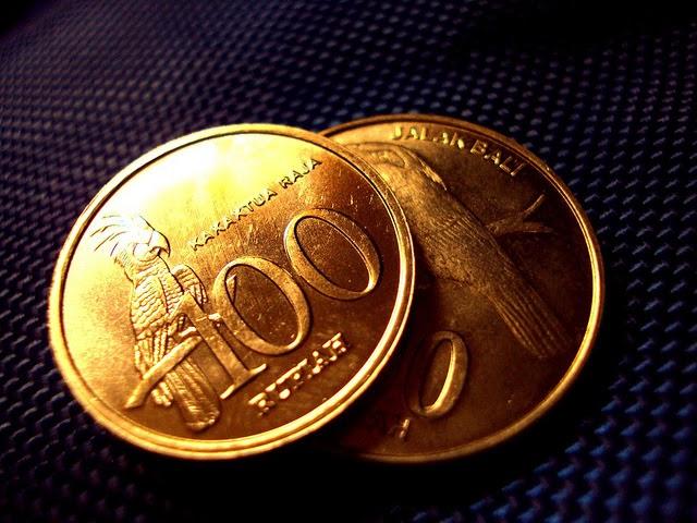 gambar mata uang rupiah logam yang sedang turun