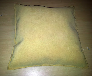Coussin en cuir anti-traditionnel, retourné, couture au point sellier