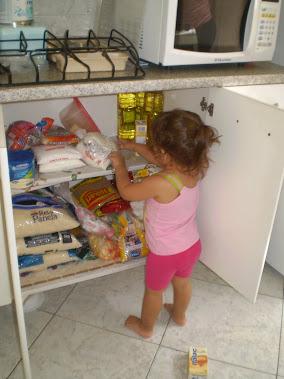 Isabella fazendo bagunça no armário da vovó.