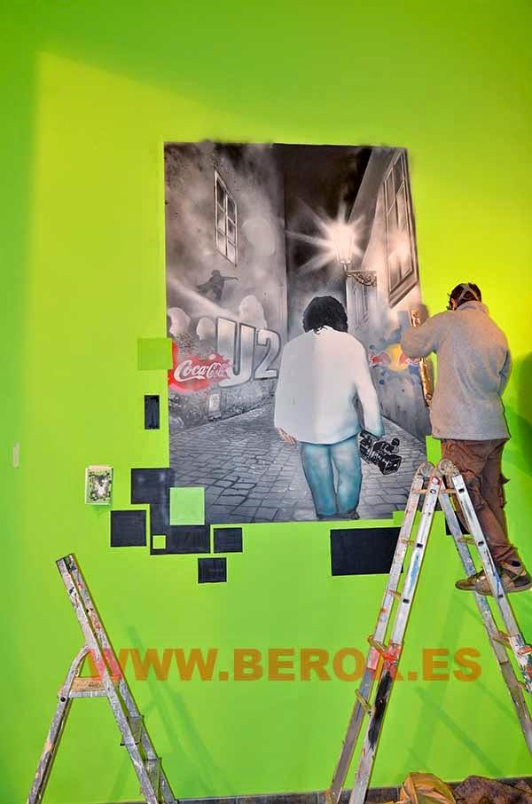 Decoración graffiti mural en proceso