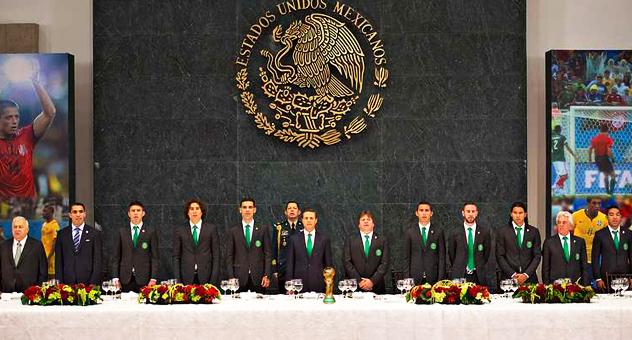El presidente de México, Enrique Peña Nieto, junto algunos integranes de la Selección Mexicana de futbol, quienes consiguieron el Campeonato Mundial de Futbol en Brasil 2014, en un salón de la Residencia Oficial de los Pinos | Ximinia