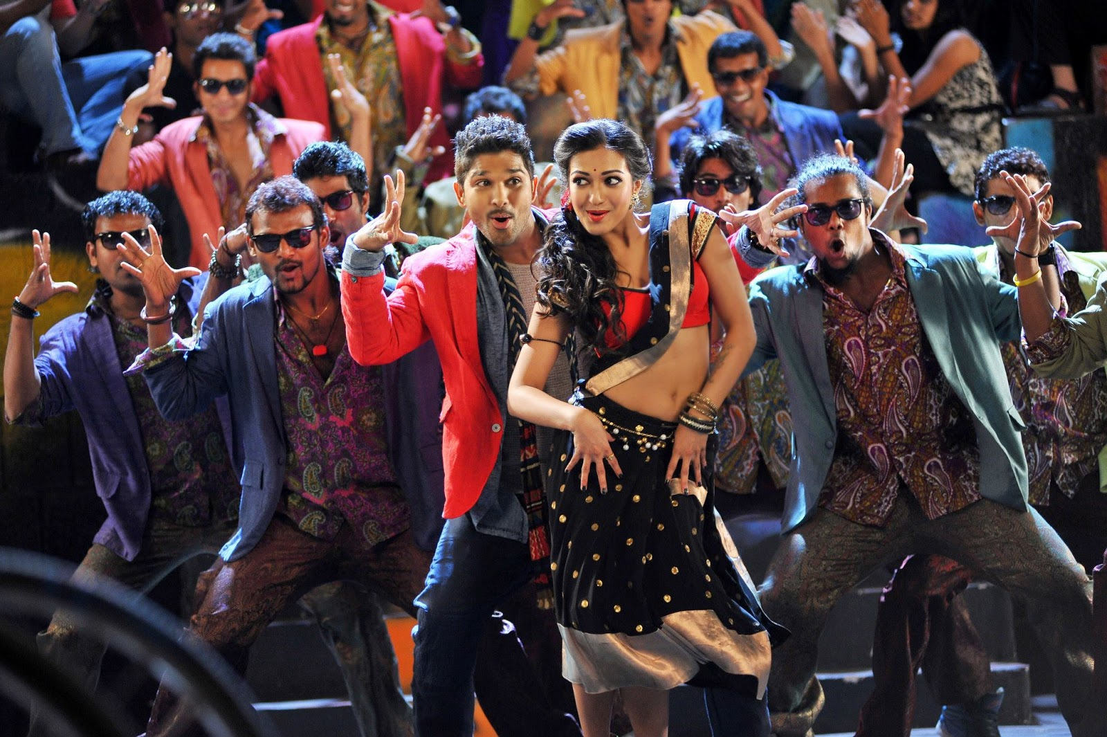Iddarammayiltho Top Lesi Poddi Song Stills (2)