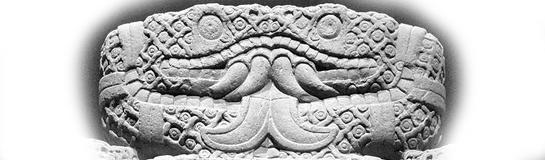 Dos serpientes víensose de frente en piedra