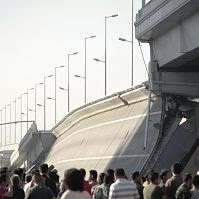 完成して1年もたたない橋が崩落