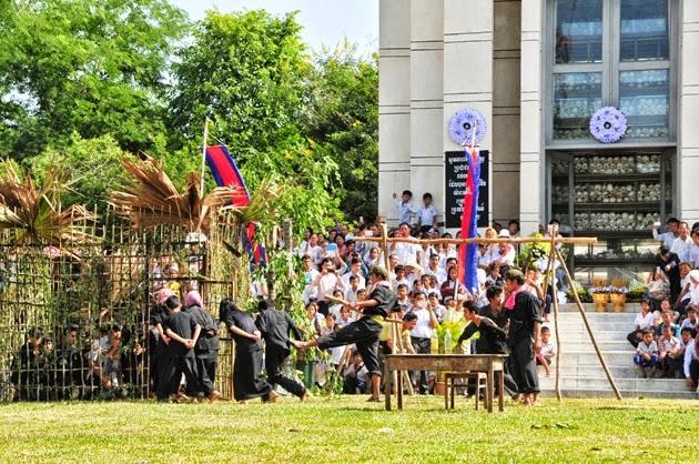 Les gouverneurs de Kompong Cham et Phnom Penh ont présidé ce mercredi la cérémonie commémorant les événements tragiques de 1975 à 1979 qui auront marqué à jamais les Cambodgiens. Le jour du souvenir a été instauré en 1983 à l'initiative de trois cent intellectuels et religieux survivants du régime de terreur des khmers rouges.