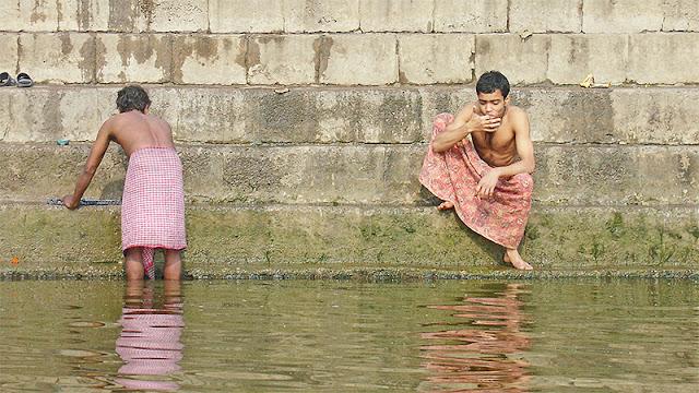 Indien qui se brosse les dents dans le Gange