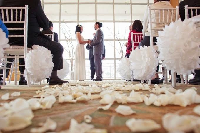 las guirnaldas hechas de pompones de papel de seda de colores suelen quedar muy bien colgadas del techo de la carpa donde celebras el banquete