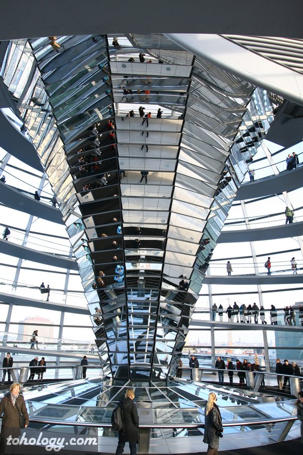 The mirrored cone in the Reichstag dome / Зеркальный конус в куполе Рейхстага