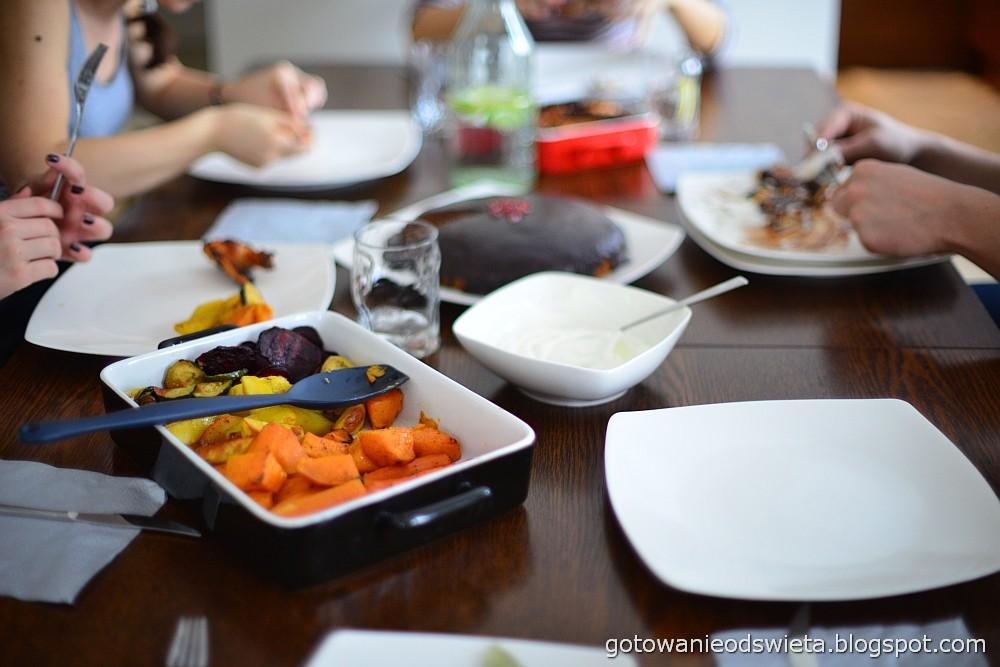 upieczone skrzydełka z kurczaka i upieczone warzywa jedzenie