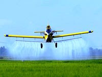 avião despejando veneno