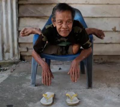 Ο 68 ετών Mbah Bejan είναι μια διασημότητα στην Ινδονησία λόγο της απίστευτης ευλυγισίας του