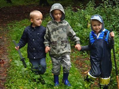 spacer w lesie, dziecko w lesie, zabawy w lesie