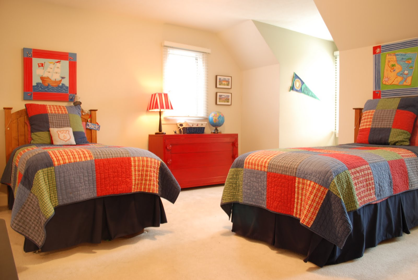 Sweet chaos home boys bedroom for Bedroom quilt ideas