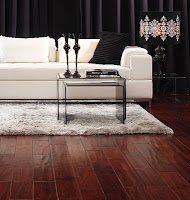 Ciemna podłoga w salonie - aranżacja